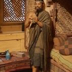 Unul din fii lui Noe cantand la fluier