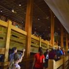 Vizitarea in interior se face pe o rampa continua care conexeaza cele trei etaje